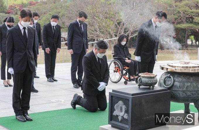 [머니S포토] 윤호중 與 비대위, 22일 동작동 '현충원' 참배