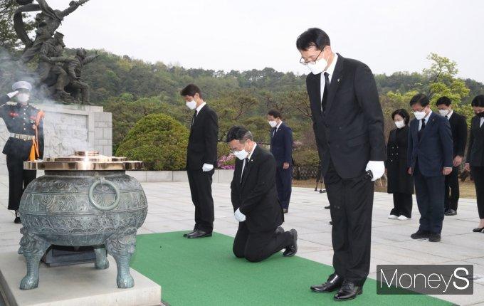 [머니S포토] 민주당 윤호중, 현충원 찾아 무릎꿇고 참배