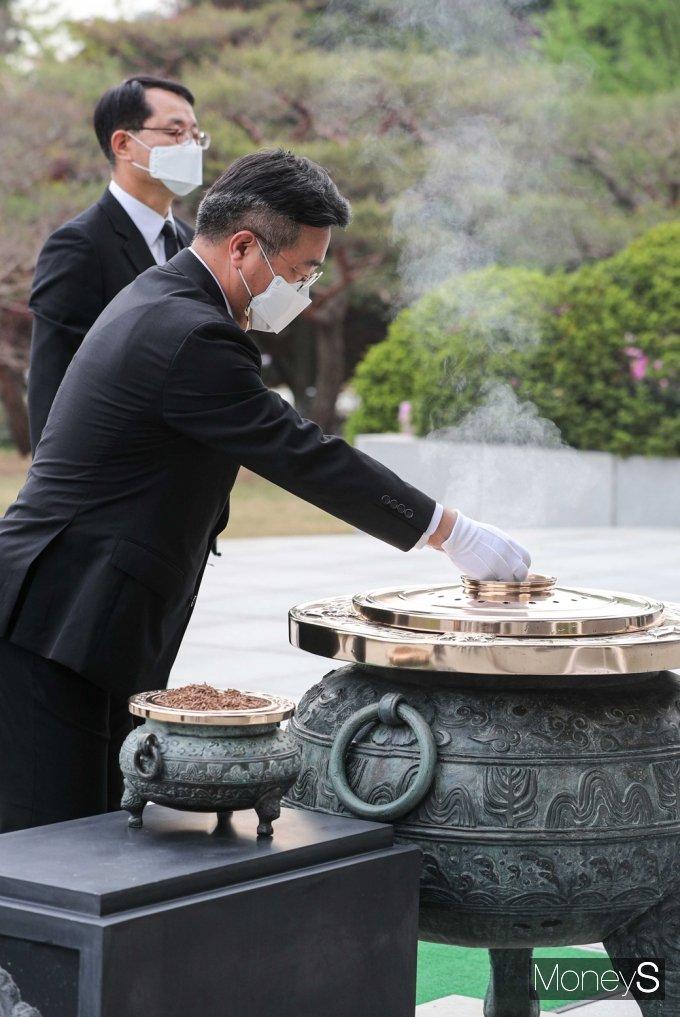 [머니S포토] 현충탑 분향하는 윤호중 민주당 비대위
