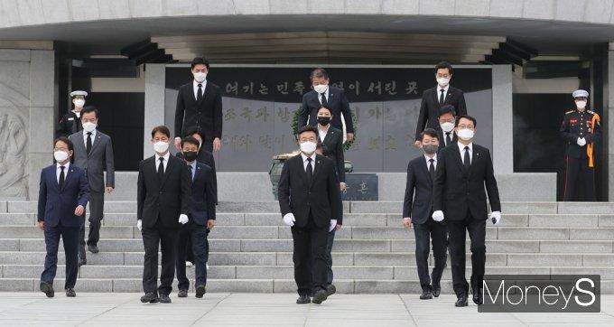 [머니S포토] 참배 후 현충문 향하는 민주당 원내대표단