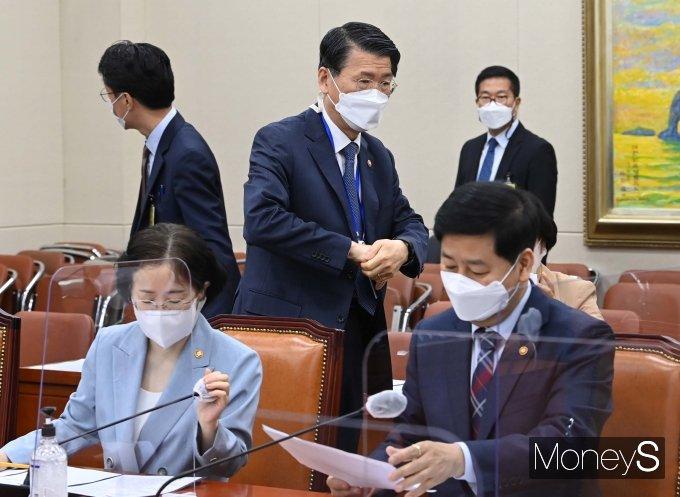 [머니S포토] 국회 정무위원회 참석하는 은성수 금융위원장