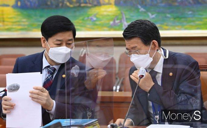 [머니S포토] 구윤철·은성수, 국회 정무위원회 출석