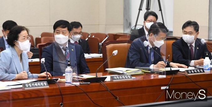 [머니S포토] 정무위서 대화하는 조성욱·구윤철·은성수·이남우