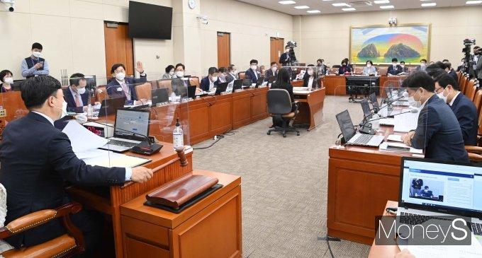 [머니S포토] 국횐 정무위원회 전체회의