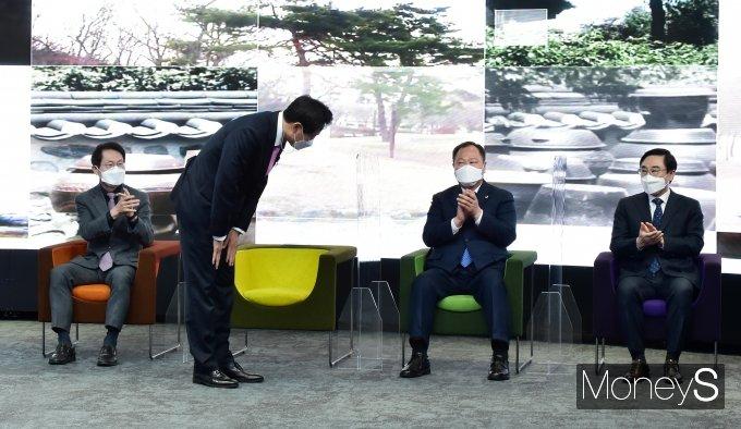 [머니S포토] 제38대 시장 취임식, 내-외빈 앞 인사하는 '오세훈'