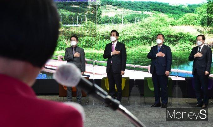 [머니S포토] 38대 서울시장 취임식, 국민의례갖는 내-외빈
