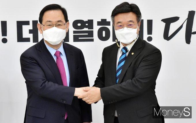 """[머니S포토] 윤호중 """"주호영, 당 계속 지도하여 여야 원만 협력관계 이뤄가길"""""""