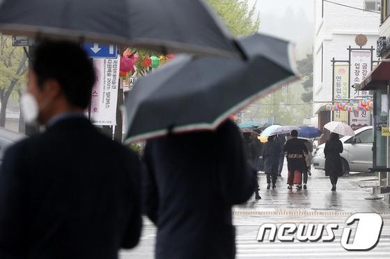 금요일인 23일은 전국 곳곳에 비가 내리고 더위는 한풀 꺾일 전망이다. /사진=뉴스1