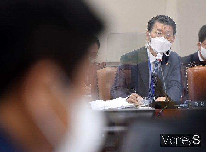 은성수 금융위원장이 22일 오전 서울 여의도 국회에서 열린 제386회국회(임시회) 제1차 정무위원회 전체회의에서 의원 질의에 답하고 있다./사진=장동규 기자