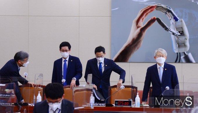 [머니S포토] 과방위 전체회의 참석하는 최기영 장관