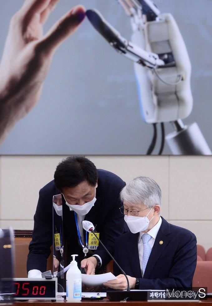 [머니S포토] 자료 확인하는 최기영 과학기술정보통신부 장관