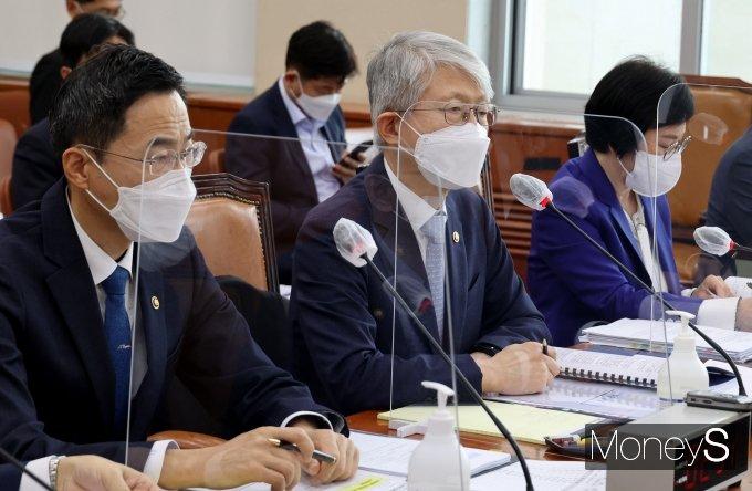 [머니S포토] 의원 질의 답하는 최기영 장관