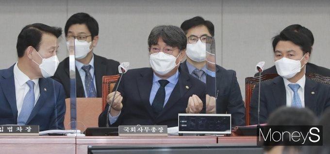 [머니S포토] 대화하는 이춘석 국회사무총장과 전상수·조용복 차장