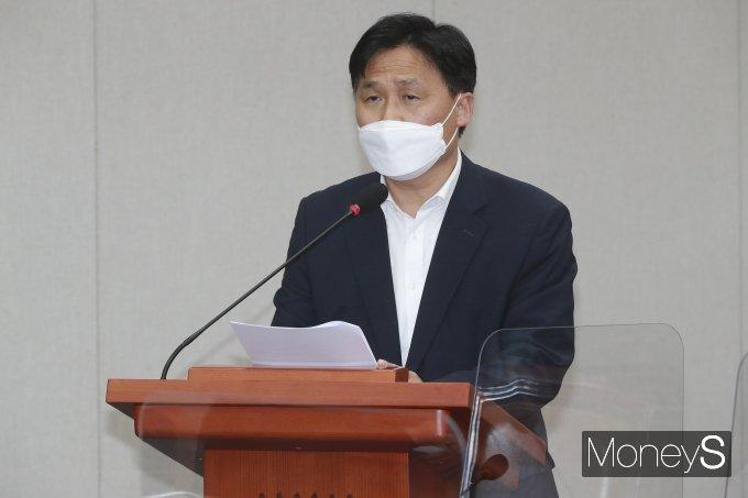 [머니S포토] 법률안 심사보고 하는 김영진 간사