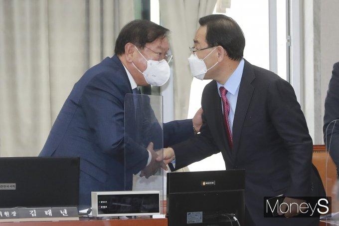 [머니S포토] 국회 운영위에서 악수하는 김태년·주호영
