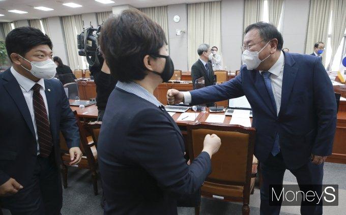 [머니S포토] 야당 의원들과 인사하는 김태년