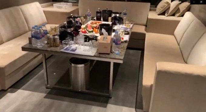 서울 강남에서 집합금지 명령을 어기고 운영하던 유흥주점에서 도망치던 직원과 손님들 수십명이 적발됐다. 사진은 도망친 손님들이 놓고 간 음식과 술. /사진=머니투데이(서울 수서경찰서 제공)