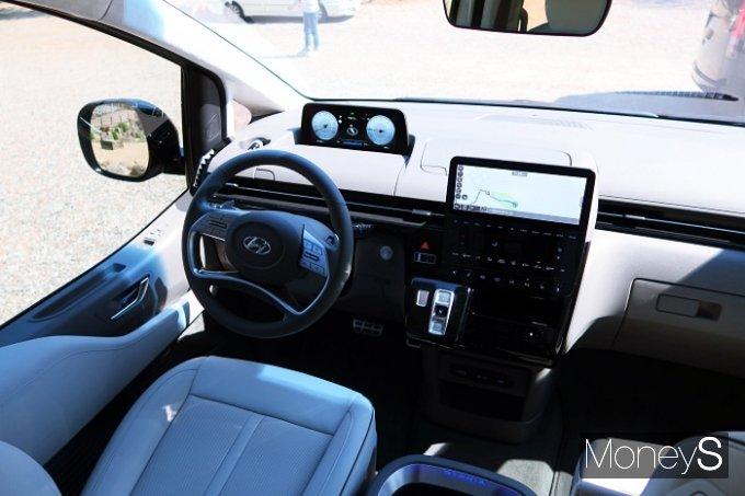 생각보다 차가 다루기 쉽고 시야가 생각보다 높아 도로를 내려보며 운전할 수 있다. 마치 대형 SUV를 타는 듯한 느낌이다. /사진=박찬규 기자