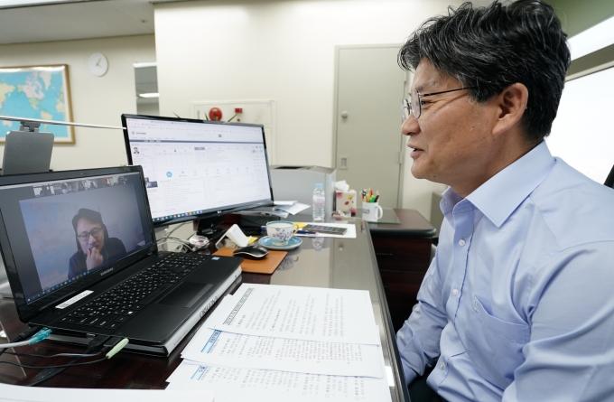 한국무역협회가 22일 온라인으로 개최한 'EU 주요 통상정책과 대응방안 웨비나'에서 박천일 국제무역통상연구원장이 인사말을 전하고 있다. /사진=한국무역협회