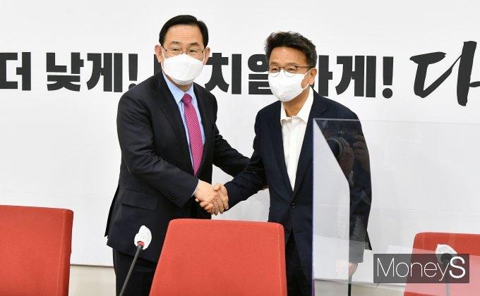 [머니S포토] 이철희 청와대 정무수석, 주호영 대표 권한대행 예방