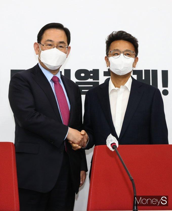 [머니S포토] 악수하는 이철희 정무수석과 주호영 권한대행