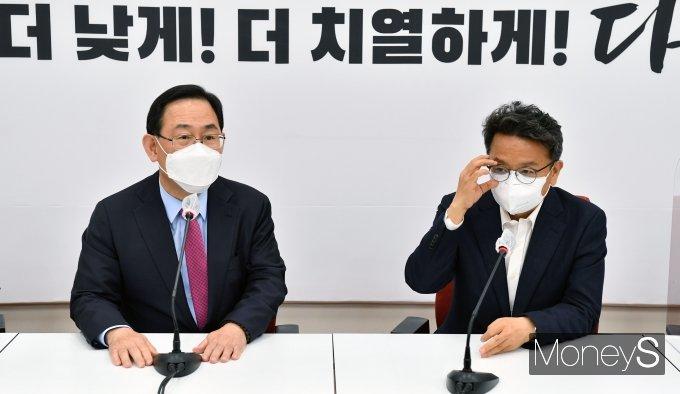 [머니S포토] 주호영 국민의힘 대표 권한대행 찾은 이철희 정무수석