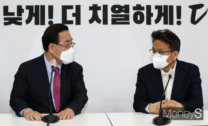 [머니S포토] 환담 나누는 주호영 권한대행과 이철희 정무수석