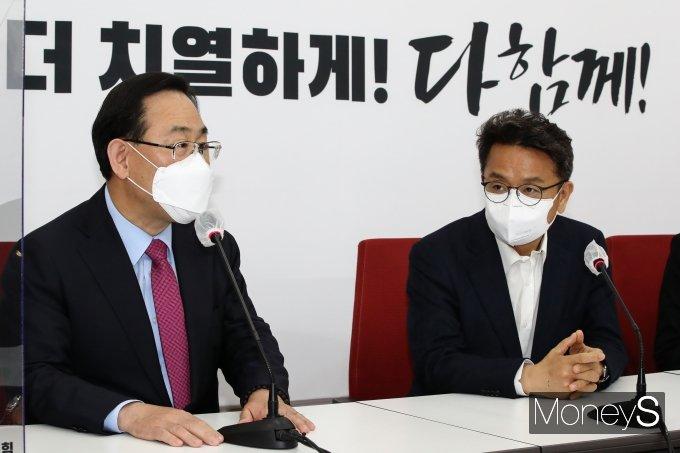 [머니S포토] 주호영 만난 이철희 청와대 신임 정무수석