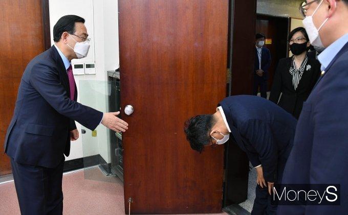 [머니S포토] 주호영에 허리숙여 인사하는 이철희 정무수석