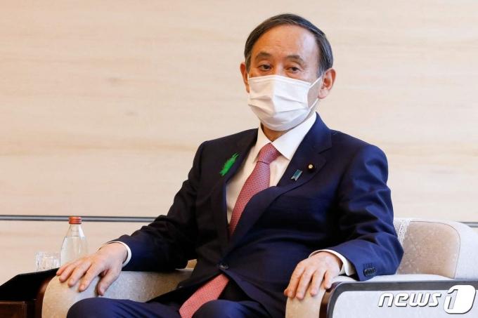 스가 요시히데 일본 총리가 19일(현지시간) 도쿄 총리관저에서 알록 샤마 유엔기후변화협약 당사국 총회 제26자회의(COP26) 의장을 만나고 있다. © AFP=뉴스1 © News1 우동명 기자
