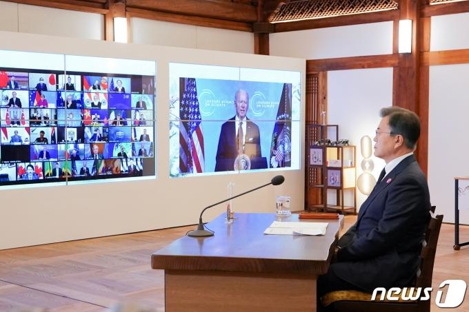 문재인 대통령이 22일 청와대 상춘재에서 화상으로 열린 기후정상회의에 참석해 조 바이든 미국 대통령의 발언을 경청하고 있다. 2021.4.22/뉴스1 © News1 유승관 기자