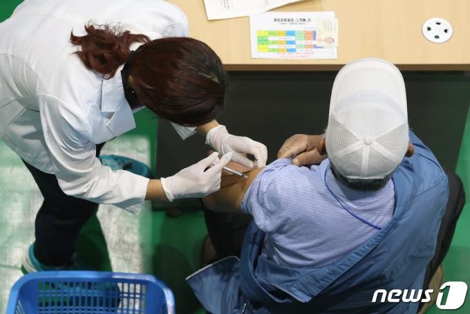경북 김천에 거주하는 75세 이상 일반인 대상 화이자사의 신종 코로나바이러스 감염증(코로나19) 백신 접종이 시작된 22일 김천국민체육센터에 마련된 코로나19 예방접종센터에서 어르신들이 백신을 맞고 있다. 2021.4.22/뉴스1 © News1 공정식 기자