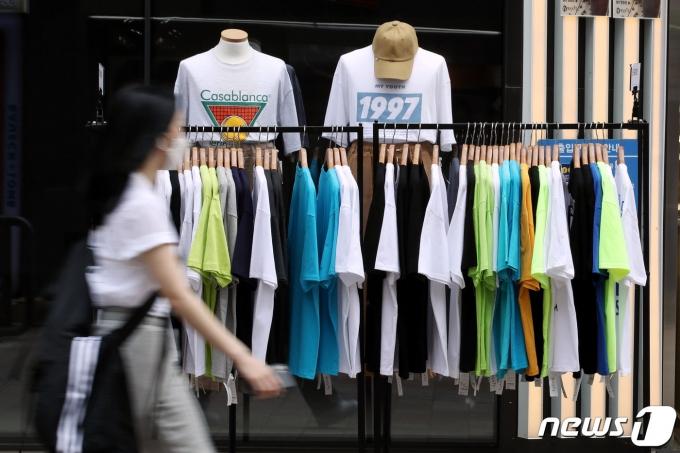 전국 대부분 지역이 25도 이상으로 오르며 초여름 날씨를 보인 22일 오후 서울 중구 명동에서 가벼운 옷차림의 시민이 발걸음을 옮기고 있다. 2021.4.22/뉴스1 © News1 이광호 기자
