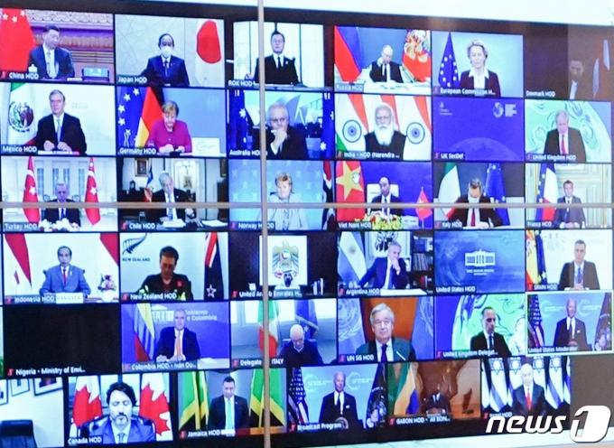 22일 청와대 상춘재에서 화상으로 열린 기후정상회의에서 문재인 대통령(윗줄 왼쪽 세 번째)을 비롯한 시진핑 중국 국가 주석, 스가 요시히데 일본 총리 등 각국 정상의 모습이 화면에 나오고 있다. 2021.4.22/뉴스1 © News1 유승관 기자