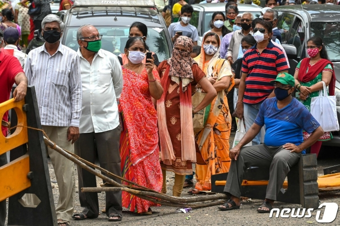 백신을 맞기 위해 줄선 인도인들 <자료 사진> © AFP=뉴스1