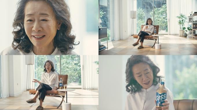 오비맥주가 투명병으로 새 옷을 입은 '올 뉴 카스'의 뮤즈로 배우 윤여정을 발탁했다./사진=오비맥주