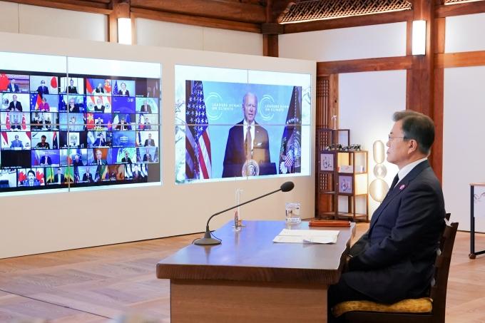 문재인 대통령이 22일 청와대 상춘재에서 화상으로 열린 기후정상회의에 참석해 조 바이든 미국 대통령의 발언을 듣고 있다. / 사진=뉴시스 박영태 기자