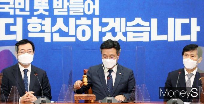 [머니S포토] 탕탕탕! 민주당 비대위 주재하는 '윤호중'