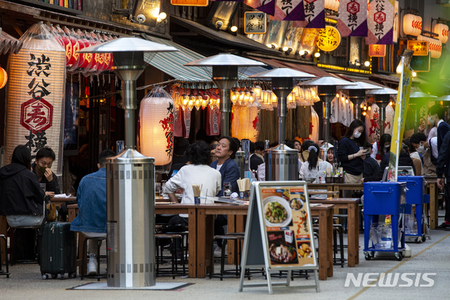 지난 20일 일본 도쿄 식당과 술집 야외에서 사람들이 앉아 있다. /사진=뉴시스(도쿄=AP)