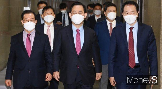 [머니S포토] 국민의힘 비대위 회의 들어서는 '주호영'
