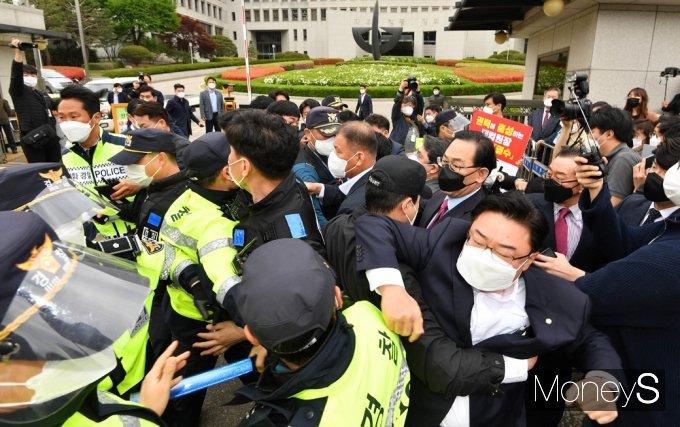 [머니S포토] 대법원 앞 충돌, 다가서는자와 막는자