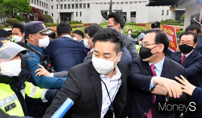 [머니S포토] 김명수 사퇴촉구, 아수라장 대법원