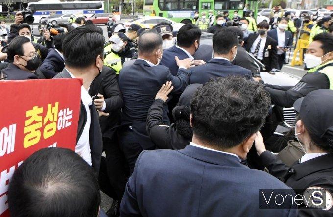 [머니S포토] 김명수 사퇴촉구, 대법원 앞 충돌