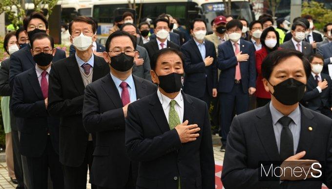 [머니S포토] 김명수 사퇴 촉구 공동선언 참석한 '주호영'