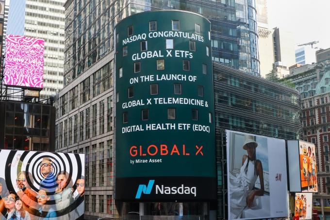 미국 뉴욕 타임스퀘어 나스닥 마켓사이트(NASDAQ MarketSite)에 표시된 'Global X Telemedicine & Digital Health ETF' 상장 축하메세지/사진=미래에셋자산운용