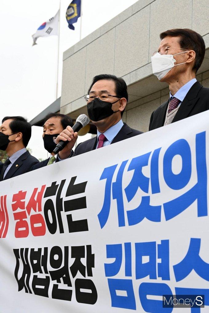 [머니S포토] 김명수 사퇴촉구 기자회견 갖는 주호영
