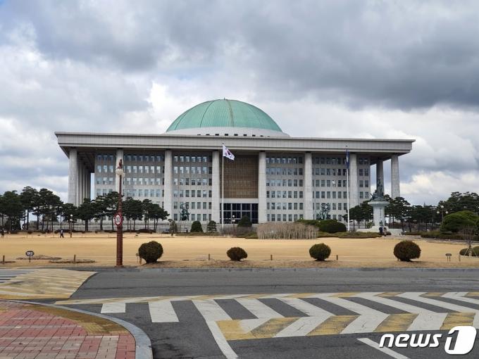 4·7 재보궐 이후 국민의힘 지지율이 떨어지는 여론조사 결과가 나왔다. 사진은 서울 여의도 국회의사당. /사진=뉴스1