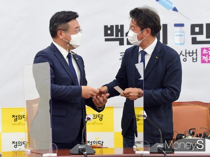 [머니S포토] 정의당 예방한 윤호중 비대위원장