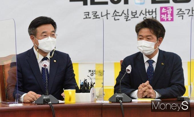 [머니S포토] 환담 나누는 윤호중 비대위원장과 여영국 대표