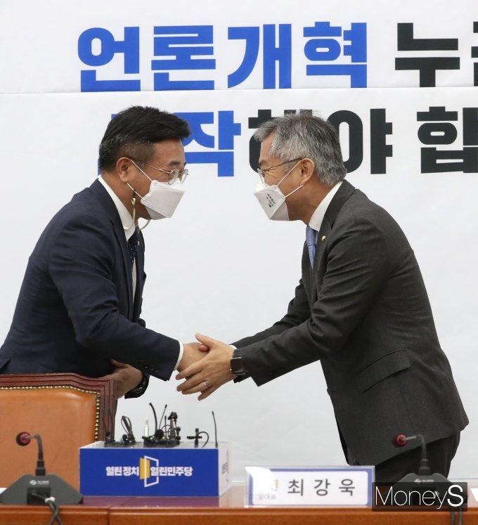 [머니S포토] 악수하는 윤호중 비대위원장과 최강욱 대표